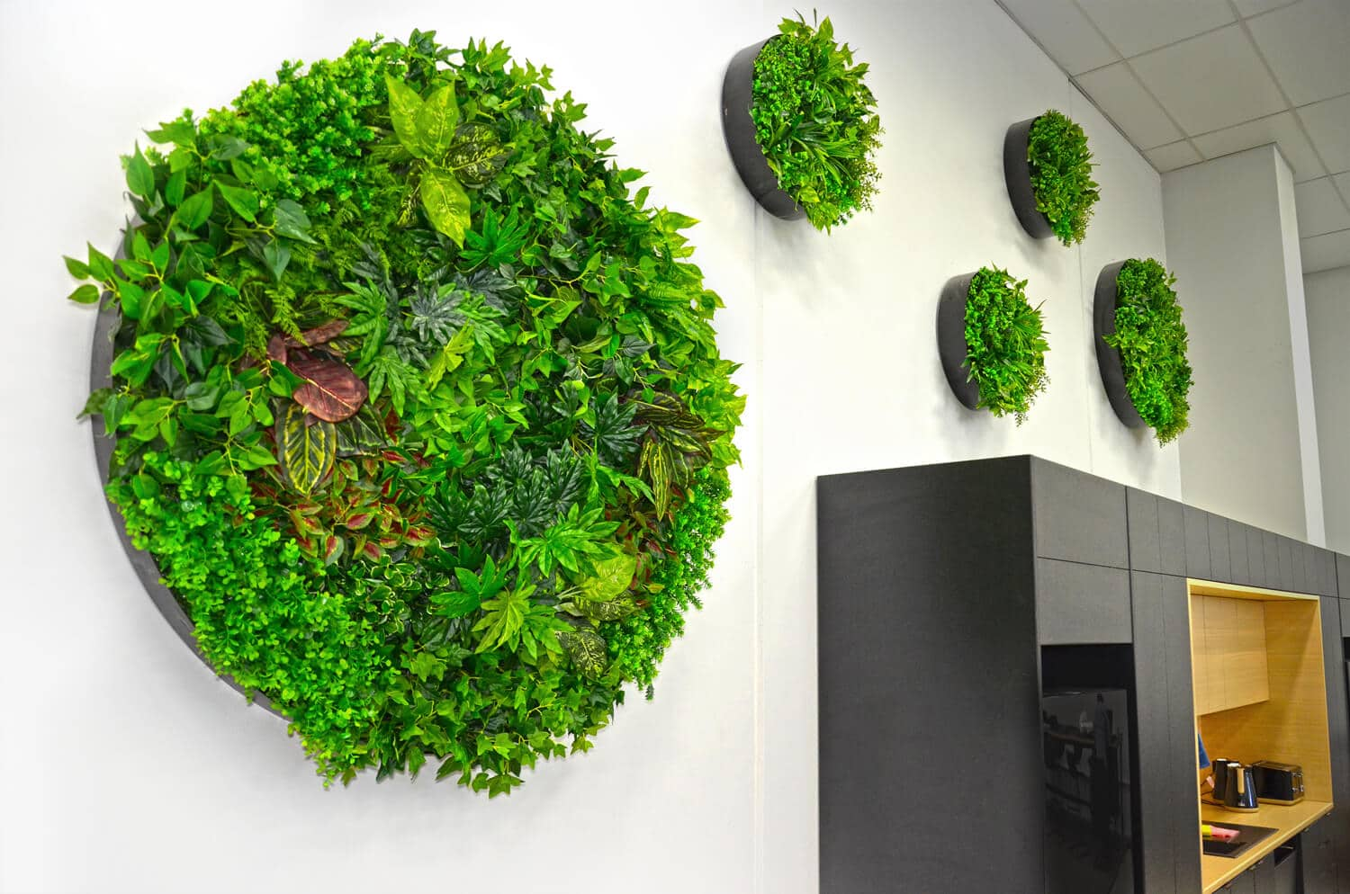 Artificial plant wall decor disc with mixed ivy